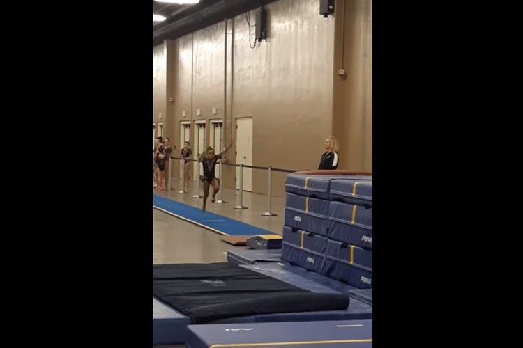 うゎ、危ないっ!少女が跳馬で体勢を崩すも間一髪でコーチがミラクルキャッチ!