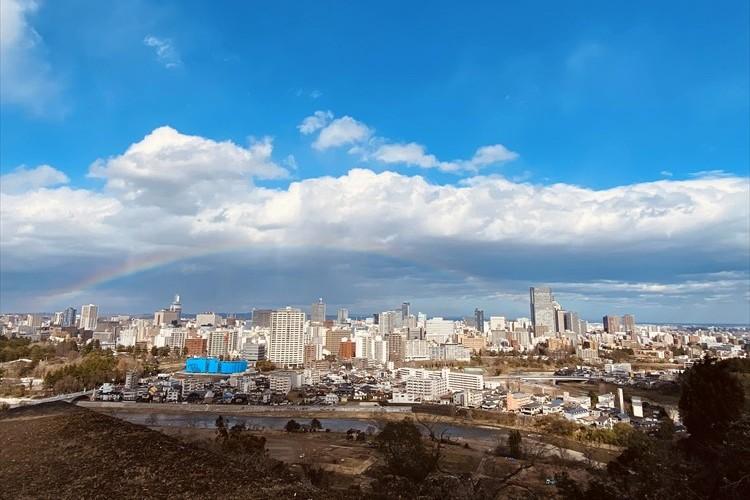 東日本大震災から9年。発生時刻の午後2時46分の直前、仙台のまちに雨上がりの虹がかかる