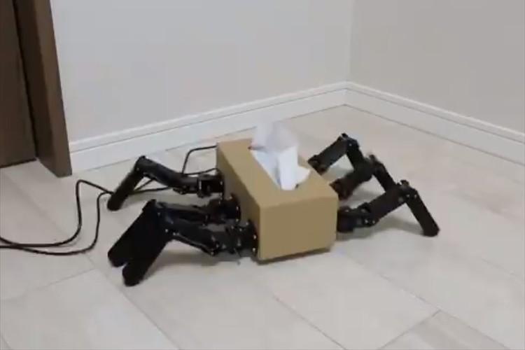 ティッシュ箱に脚を生やす画期的な発明が話題に!お茶をこぼした時に駆けつけてほしい