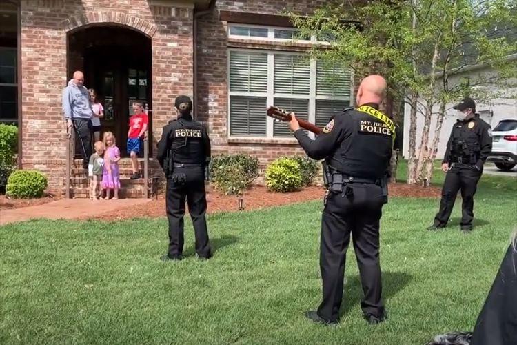 外出自粛で退屈する子供たちに楽しいひとときを!警察官による誕生日のサプライズが話題に