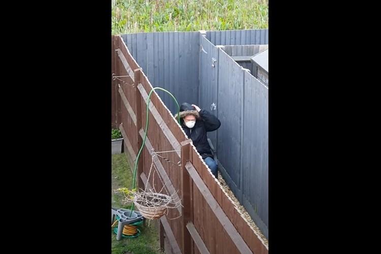ソーシャルディスタンスを徹底!?庭で隔離されている男性が何をしているかと思ったら・・・(笑)