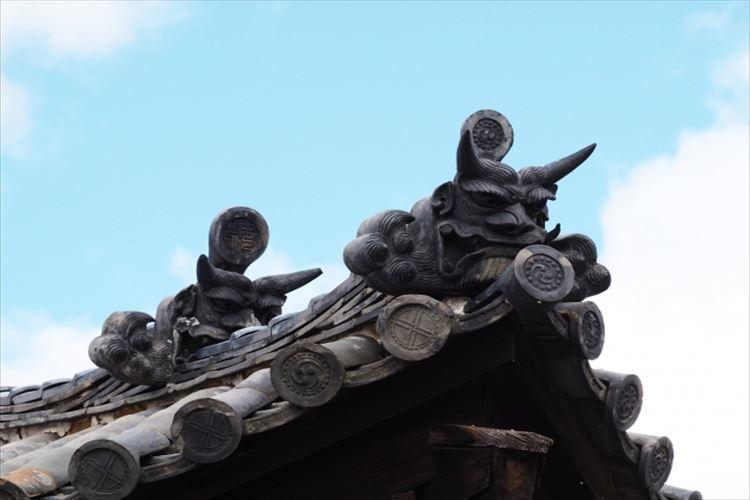 屋根に飾られている恐ろしい顔をした「鬼瓦」、その意外なルーツとは?