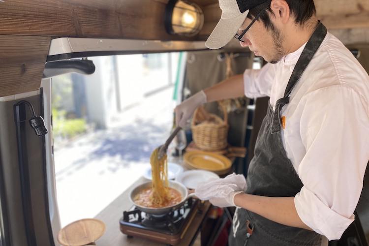 おうちで外食気分!プロの料理人がおうちご飯を調理しにきてくれる移動レストランが素敵