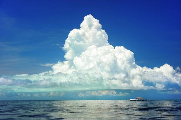 「空や海はなぜ青いの?」子どもに理由を聞かれた時にどう答える?