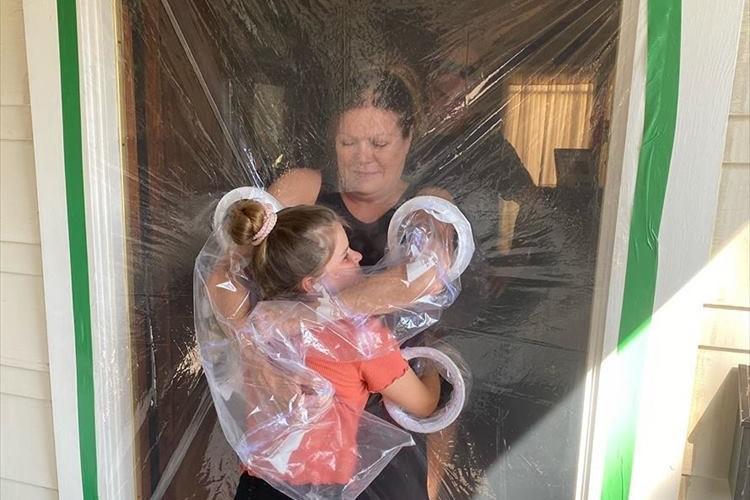 大好きな祖父母とハグするために、10歳の少女がハグ用のカーテンを手作り