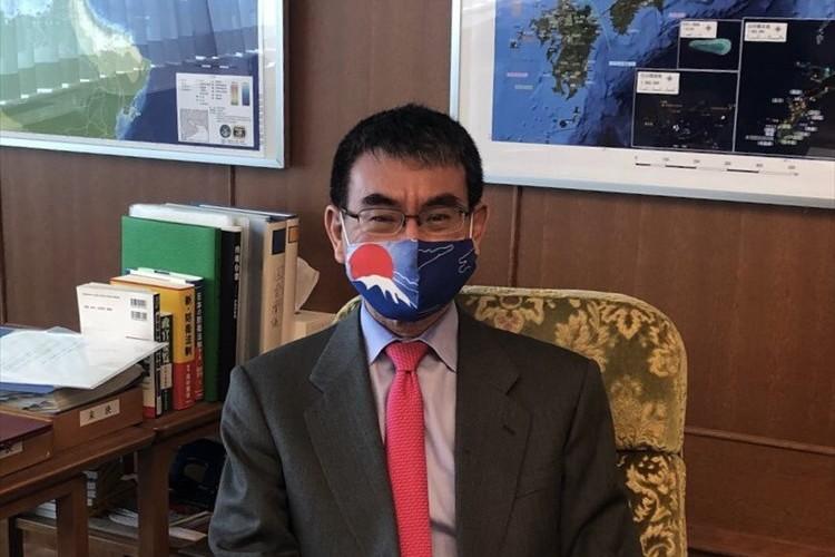 河野太郎防衛大臣が着用した航空自衛隊広報室製作のマスクがカッコイイと話題に!