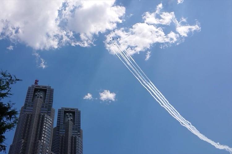 新型コロナと闘い続ける医療従事者に敬意を示すため「ブルーインパルス」が東京都心を飛行!