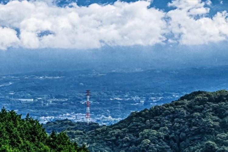 珍しい光景に目が釘付け!ミルフィーユのような雲がかかった富士山が幻想的
