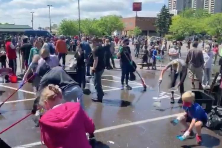 暴徒化したミネアポリスの街に、平和を願う大勢のボランティア清掃員が出現