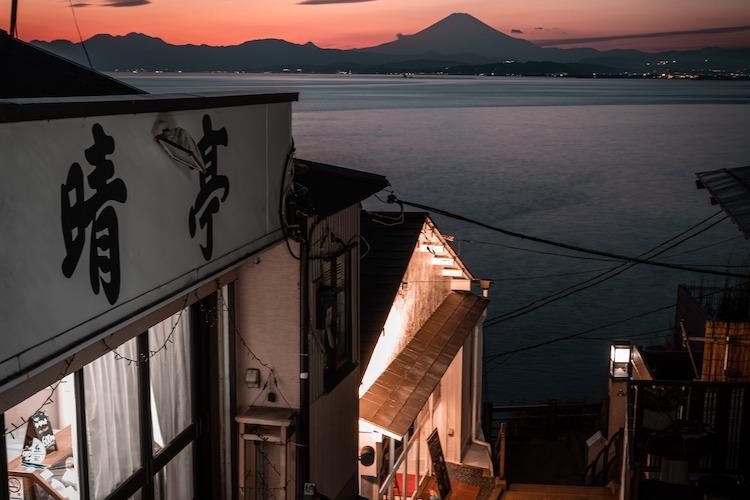 夕焼けに浮かび上がった富士山に癒される・・江ノ島のとある場所から撮影した写真が素敵
