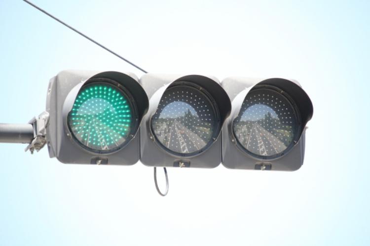 緑色の信号を「青信号」と呼ぶのはなぜ?青と表現するのは世界でも日本だけ?