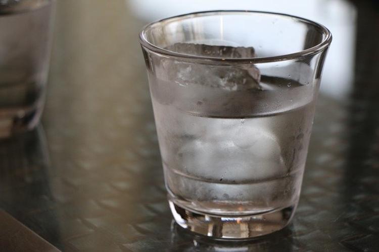 意外と知らないコップ・カップ・グラスの違い。コップの語源はカップなの?