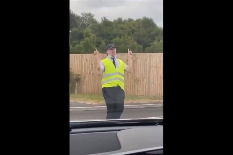 マクドナルドのドライブスルーが渋滞するも、スタッフの爆笑ダンスで気が紛れた(笑)