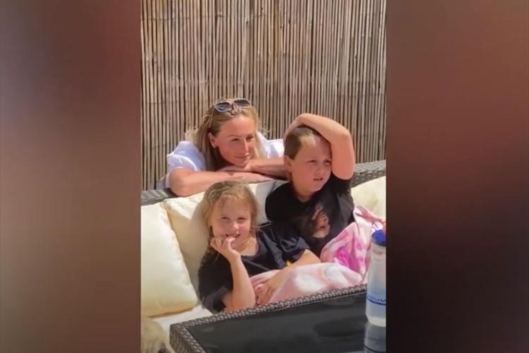 看護師の母親が約2ヶ月ぶりにサプライズで帰宅。久々の再会に娘たちは号泣!ワンコも同調(笑)