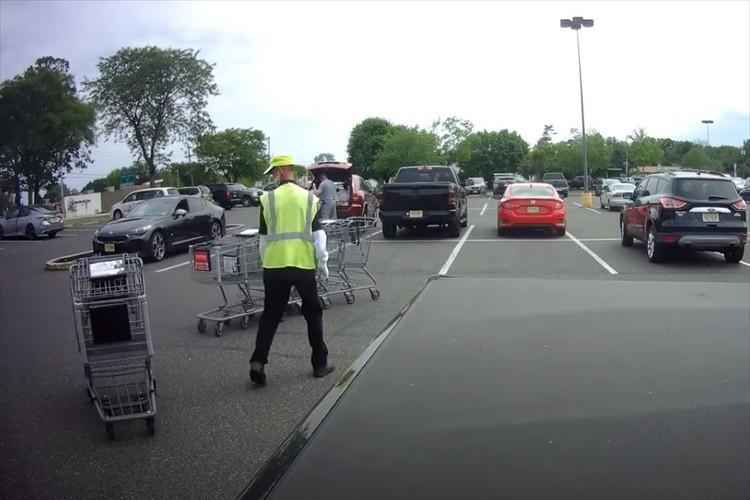 こっちを止めたらあっちが暴走(笑) ショッピングカートが次々に車に突っ込み収集不能