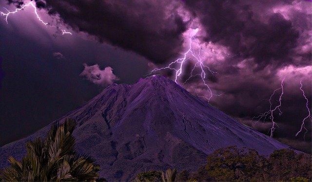火山に起こる雷「火山雷」が恐ろしくも美しい!一体なぜ起こるのか?