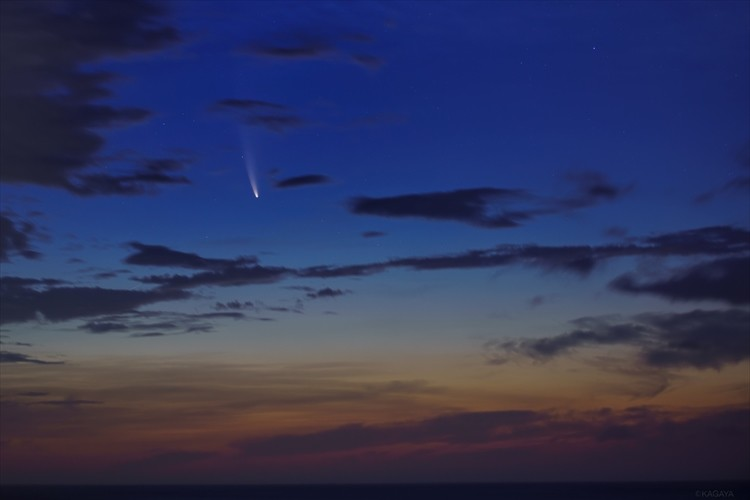 まるで映画のワンシーンのよう・・・明け方の空に映える「ネオワイズ彗星」が神秘的