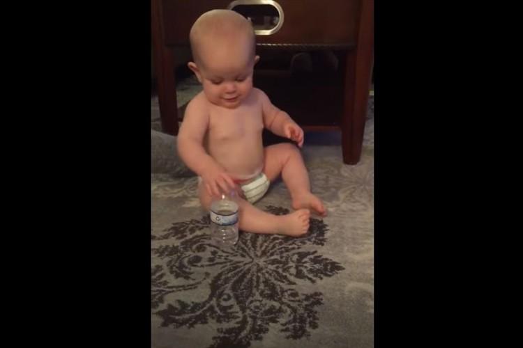 天才か!?ペットボトルを手にした赤ちゃんが驚きの技を披露!