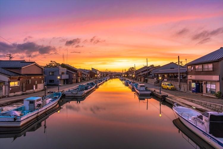 「日本のベニス」と称される富山の港町。夕暮れ時の光景が美しすぎる