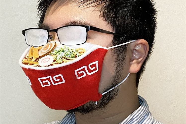 ラーメンは熱々!?メガネが曇るというマスクの難点を逆手にとったアイディアが面白い