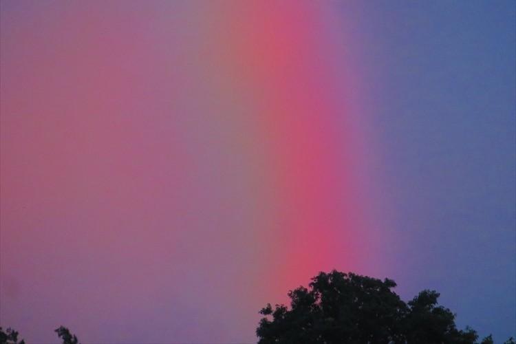 儚い空という言葉がぴったり。梅雨空の朝に一瞬だけ現れた「赤い虹」が話題に!