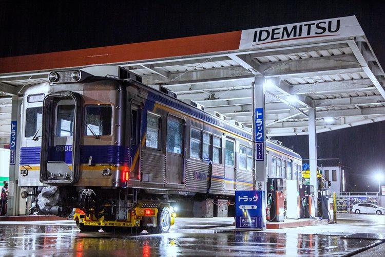 ガソリンスタンドには来るはずのない電車が・・・!2度見確実なレアな光景が話題に