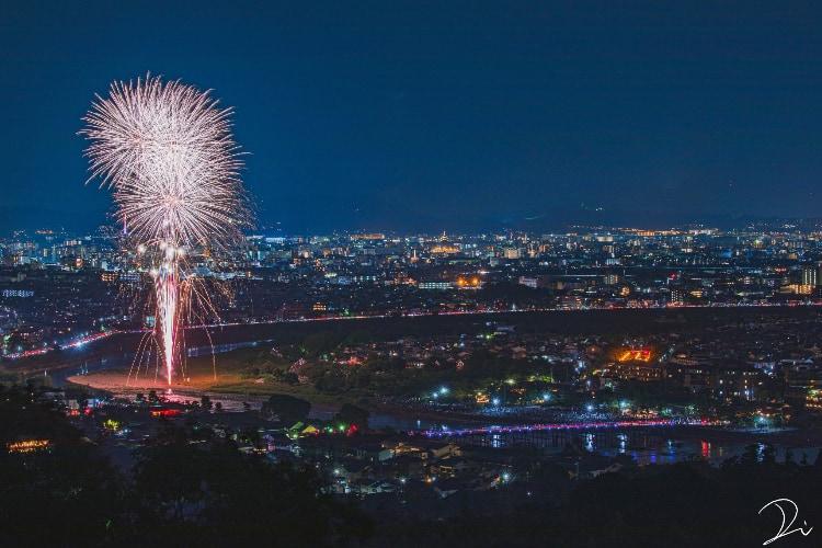 京都・嵐山で約40年ぶりに打ち上げられた花火!疫病退散を願う景色が美しすぎた