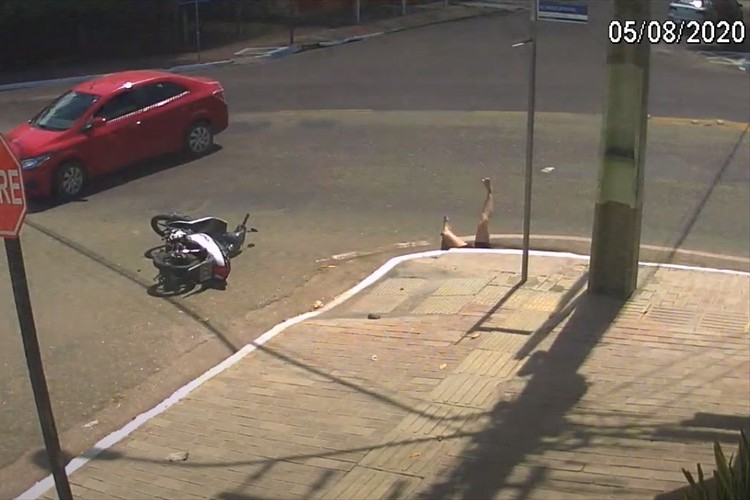 車と衝突した女性が跳ね飛ばされたあげくに穴に転落!周囲にいた人々の救出活動の末・・・