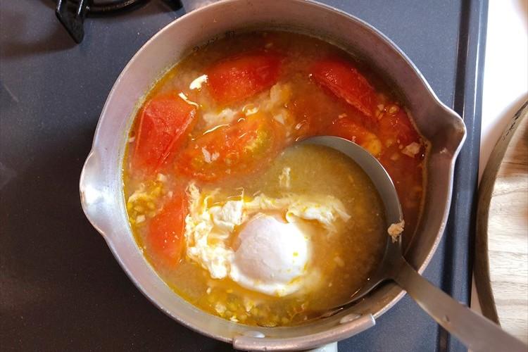 トマトのお味噌汁にニンニクを入れるとめっちゃ美味しい!落とし卵もイイ感じ!