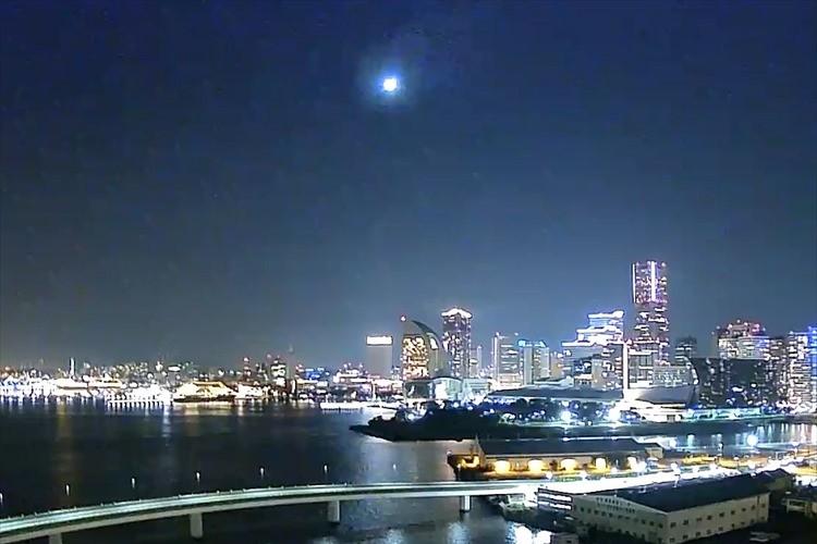 「火球」と思われる光をとらえた鮮明な映像が話題に!夜景とのコラボが美しい