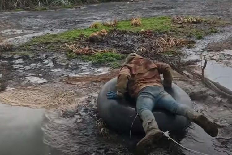 沼地から抜け出せず数日間過ごしていたワンコ・・・救出に向かった勇敢な男性が話題に!