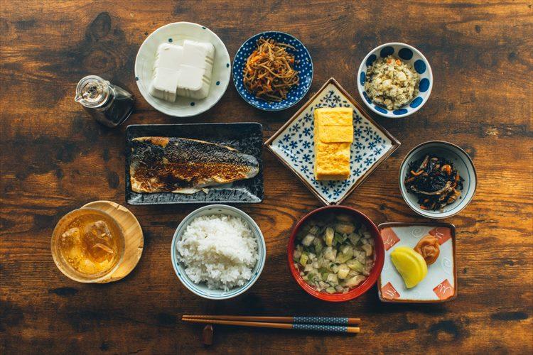 セブン-イレブンの惣菜、盛り付けたら映えちゃった。自宅で旅館気分を味わえる食卓が話題に!
