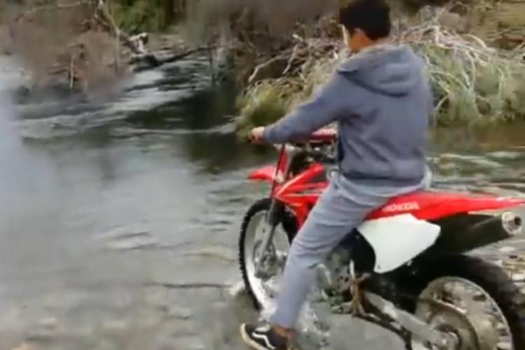 やめときゃいいのに!調子に乗ってバイクで川を渡ろうとチャレンジした結果・・・