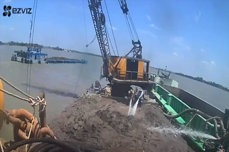 【衝撃映像】川底の泥を攫うクレーンにまさかの展開!衝撃過ぎて口あんぐり