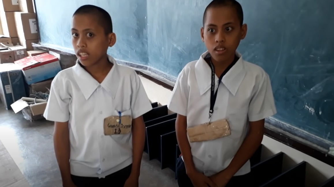 フィリピンの素朴な双子の少年の予想外のパフォーマンスに驚愕!
