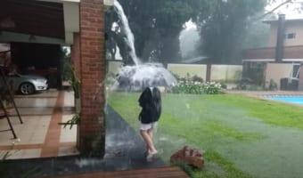 雷雨の際は外に出ないで!落雷はいつ起こるかわからない事がよくわかる衝撃映像!