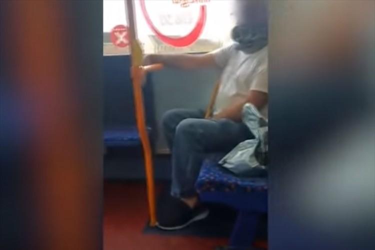 とある男性が派手なマスクをしているなと思っていたら、実はマスクではなく・・・驚愕の事実が発覚!