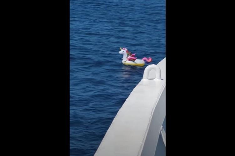 娘を助けてください!両親が目を離した隙に5歳の娘が沖に流されて絶体絶命のピンチ!