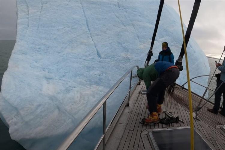 良い子は真似しないでね!海に浮かぶ巨大な氷山を登ろうとしたら、まさかの回転!?