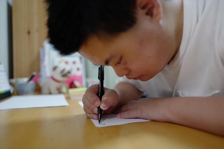字を書けなかったダウン症の弟が、本を出版する姉のために字を練習。その後の展開に感動!