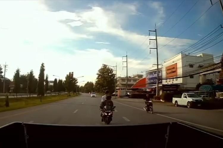 前にいるトラックに気づかずに突っ込んできたバイク。この直後、目を疑う大技が炸裂!?