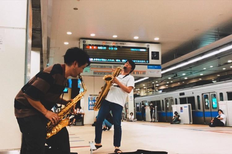人身事故で止まった小田急終電・・・途方に暮れる乗客のためにサックス奏者が立ち上がった!