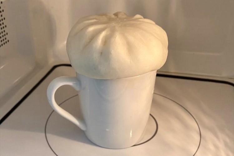 水を入れたコップに置いて2分レンチン!肉まんがふわふわ熱々になるライフハックが話題!