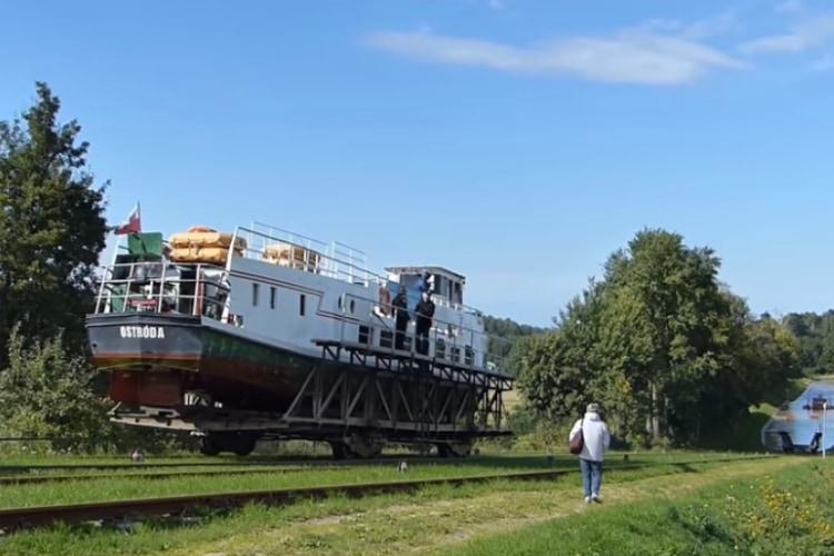 へぇ~こんなものが!運河を運航中の船が丘を越えるための装置「インクライン」が面白い!