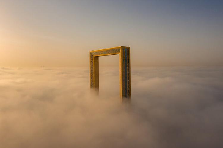 雲を突き破る額縁!?世界中の写真家が参加した航空写真コンテスト2020の作品たちが凄い!