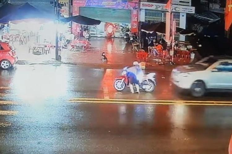 間一髪!信号待ち中に車の追突から逃がれたライダー!しかし、車から出てきた運転手の態度が・・・