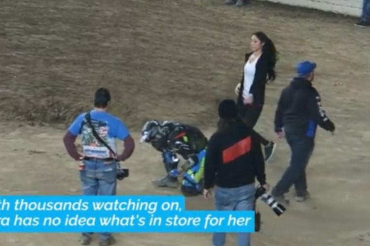 モトクロスレースで転倒を装って・・・バイカーのサプライズプロポーズに彼女も観衆もビックリ!