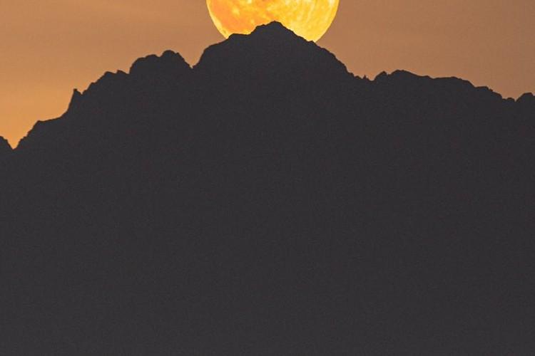 月と山と街のコラボ感が凄すぎる・・・望遠レンズでぶち抜いた富山の光景が幻想的!