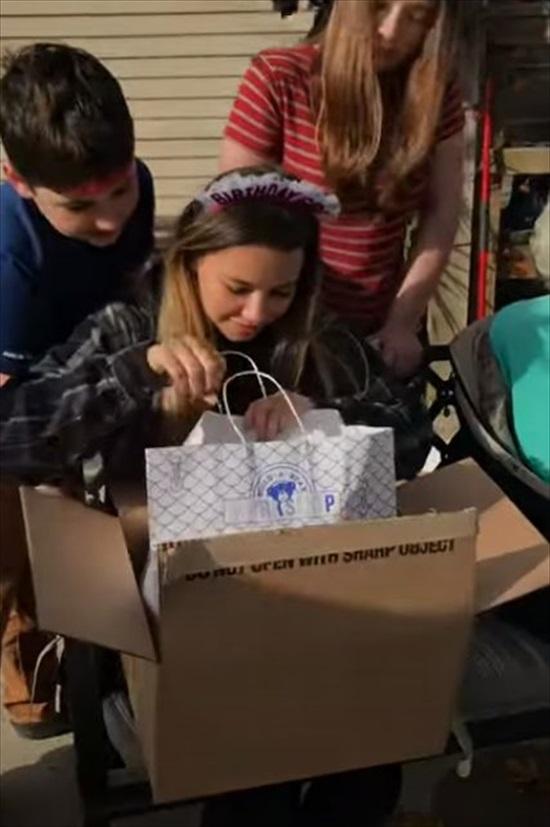 【感動動画】誕生日プレゼントにぬいぐるみを贈られた女性。最初は笑顔も、その後に号泣した理由とは?