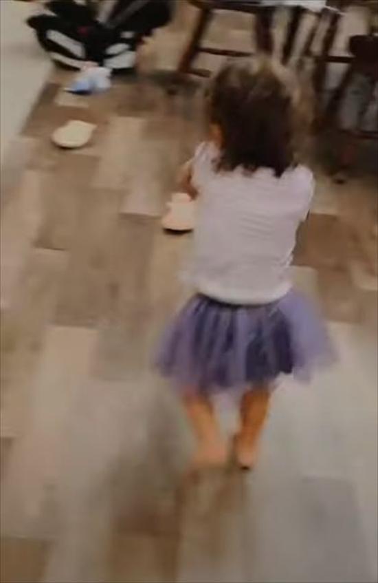 1歳の娘が帰宅したパパの顔を見ると逃げ出し、警戒心を露わにして絶叫!何が起こった!?